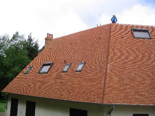 toiture tuiles plates, gouttieres en zinx et pose de velux avec volets solaires